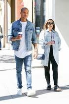 """Partnerlook-to-go: Ex-Knasti Jeremy Meeks und """"Topshop""""-Erbin Chloe Green schlendern im Denim-Partnerlook durch Beverly Hills und sogar die Kaffeebecher der beiden passen farblich zusammen."""