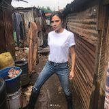 """Victoria Beckham befindet sich momentan in Kenia, wo sie zusammen mit """"Sport Relief"""" für den guten Zweck unterwegs ist. Unter dieses Bild schreibt sie, dass sie hoffe, vom Regen verschont zu bleiben. Ob das wegen ihres weißen T-Shirts ist?"""