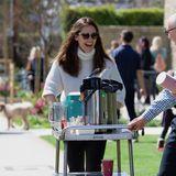 19. März 2018  Jennifer Garner und Ben Affleck sind mit den Kindern in der Kirche. Jennifer packt gleich mit an und bringt den Kaffeewagen nach draußen.