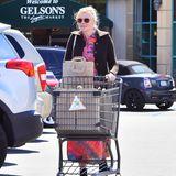 17. März 2018  Kirsten Dunst gesichtet bei einem Großeinkauf in Los Angeles. Die Schauspielerin versteckt hinter dem vollgepackten Einkaufswagen ihren Babybauch.