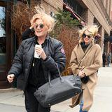 16. März 2018  Vom Winde verweht?Die Schauspielerinnen Naomi Watts und Debora-Lee Furness kämpfen an einem bitterkalten Tag, als sie das Greenwich Hotel in New York City verlassen, gegen einen haarsträubenden Wind.