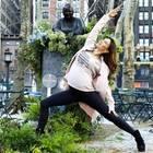 Ein paar Yoga-Übungen mitten im Großstadtgetümmel. Für Hilaria Baldwin kein Problem.