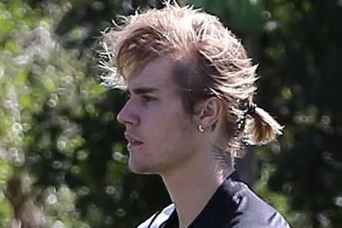 Kick it like Beckham? US-Sänger Justin Bieber zeigt sich beim Fußball-Spiel mit Mini-Zopf und wehenden Haaren in Los Angeles. Nicht nur sein Hobby, sondern auch seine Frise erinnern stark an den ehemaligen Profi-Kicker.