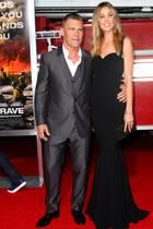 Hollywoodstar Josh Brolin spielt in seinen Rollen eigentlich oft große und starke Charaktere; neben seiner EhefrauKathryn Boyd fällt plötzlich auf, dass er mit seinen 1,78 m nur zum Durchschnitt gehört. Übrigens: Bevor Brolin sich in die endlos langen Beine seiner Frau verliebte, war sie seine Assistentin.