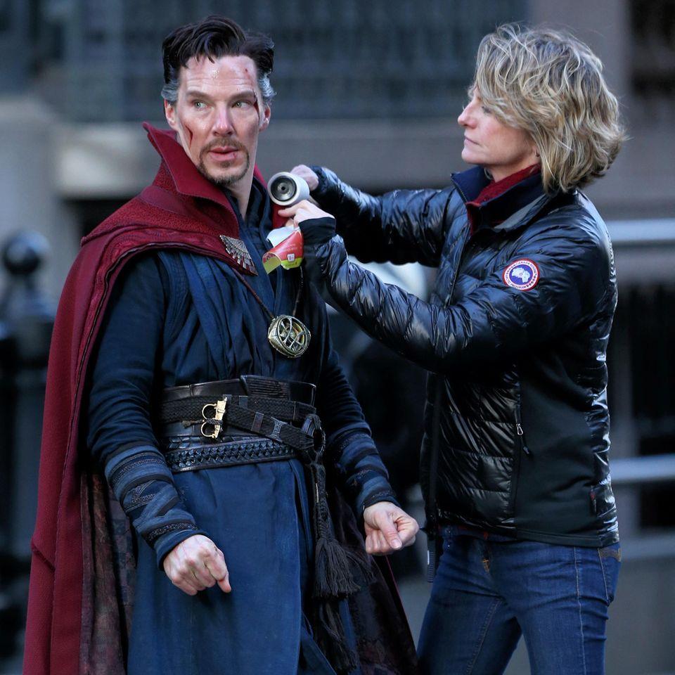 """Mit geballten Fäusten stellt sich Benedict Cumberbatch alias Superheld """"Doctor Strange"""" der gefährlichen Fusselrolle."""