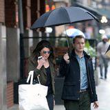 """""""Gilmore Girls""""-Star Lauren Graham bahnt sich den Weg durch verregnete New Yorker Straßen mit freundlicher Unterstützung ihres schirmtragenden Assistenten."""