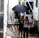 """Am Set von """"American Crime Story"""" bekommt Oscarpreisträgerin Penélope Cruz dank ihrer Schirmträgerin keinen Regentropfen ab. Das Getränkehalten gibt es inklusive."""