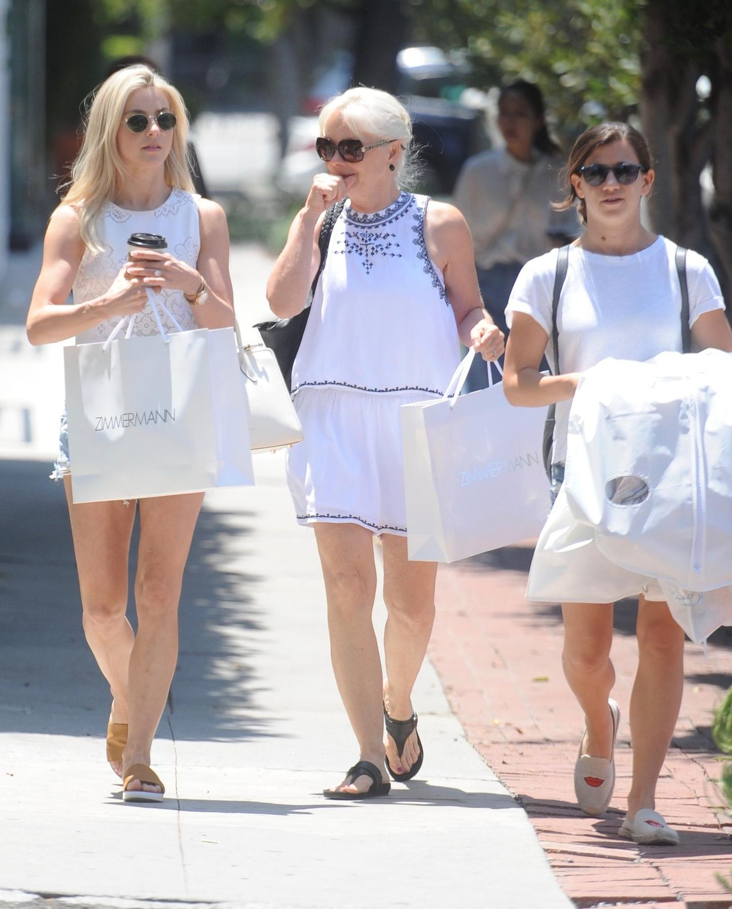 Damit Julianne Hough (li.) und ihre MutterMari Anne Hough (m.) nach der Shoppingtour nicht zu viel tragen müssen, hilft die Assistentin gerne aus.