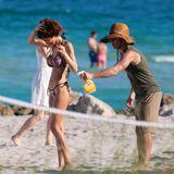Das muss glänzen: Model Sonia Sarpe lässt sich ihr Hinterteil vor dem Strandshooting in Miami besprühen.