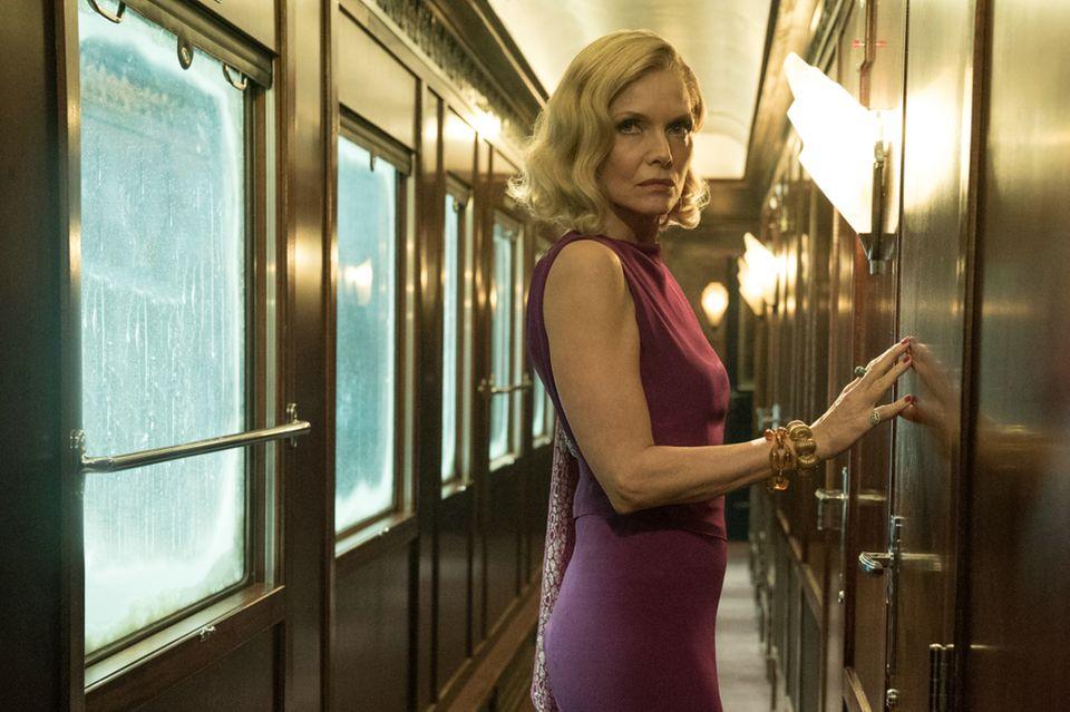"""In der 2017er Neuverfilmung von """"Mord im Orient-Express"""" spielt Hollywood-Ikone Michelle Pfeiffer die Rolle der Caroline Hubbard."""