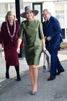 In einem grün-schimmernden Kostümkleid eröffnet Königin Máxima ein Fachzentrum in Den Haag. Besonderer Hingucker: Der graue Hut und die farblich abgestimmte Handtasche von Chanel.