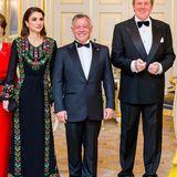 """Zum feierlichen Dinner im niederländischen Palast erscheint Königin Rania in einem traditionell-jordanischen Dress, hergestellt von den Frauen der Wohltätigkeitsorganisation """"Basmet Al-Khair"""". Dazu hält sie eine schwarze Clutch von Bottega Veneta."""