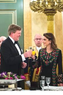 20. März 2018  Auf die Freundschaft zweier Länder. König Willem-Alexander stößt mit der jordanischen Königin Rania an.