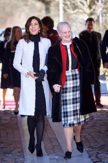 """Beim 90. Jubiläum des Vereins """"Haandarbejdets Fremme"""" zeigen sich Prinzessin Mary und Königin Margrethe. Mary wählt für diesen Anlass ein schwarzes Kleid in Kombination mit einem weißen Tweed-Mantel. Doch alle schauen nur auf ein Detail ..."""