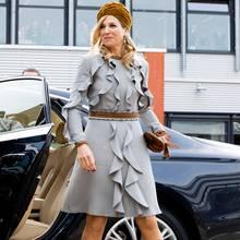 In einem hellgrauen Kleid mit Volants und tabakfarbenen Accessoires erscheint Königin Máxima zum Mittagessen mit dem niederländischen Staatspräsidenten.