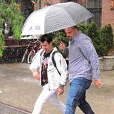 Vorsicht Pfütze! Joe Jonas' rechte Hand sorgt für eine trockene Straßenüberquerung.