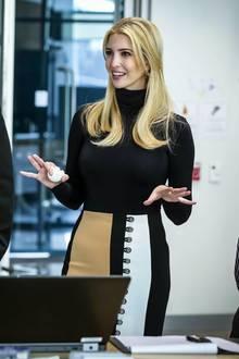Unter dem Laborkittel sieht Ivanka Trump dann aber wie gewohnt elegant aus. Zum schwarzen Rollkragenpullover kombiniert sie einen dreifarbigen Bleistiftrock mit Silberknopf-Details.