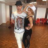 Die erste Pose für die neue Choreo sitzt schon mal bei Bela Klentze und Oana Nechiti. Und der Hut steht ihnen gut, oder?