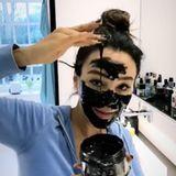 """""""Hoffentlich geht das auch wieder ab"""", scherzt Verona Pooth unter ihrem Instagram-Schnappschuss. Die Queen of Beauty probiert eine neue Gesichtsmaske aus und zeigt ganz nebenbei ihre riesige Sammlung an Pflegeprodukten in ihrem Badezimmer."""