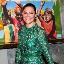 Kombiniert wird Victorias Gute-Laune-Outfit mit dünnem grünen Ledergürtel und passender Clutch.
