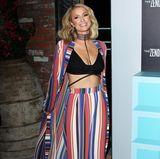 Paris Hilton hat gut lachen! Auf einer Party strahlt sie in einer auffälligen Kombination aus Hose und Kimono-Mantel. Cooler Look, der vor allem ein super Schnäppchen war!