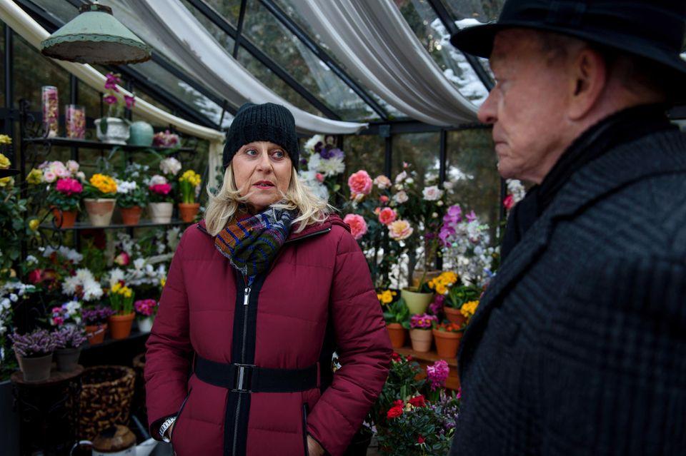 Werner (Dirk Galuba, r.) bittet Charlotte (Mona Seefried, l.) an, zwischen André und Robert zu vermitteln.