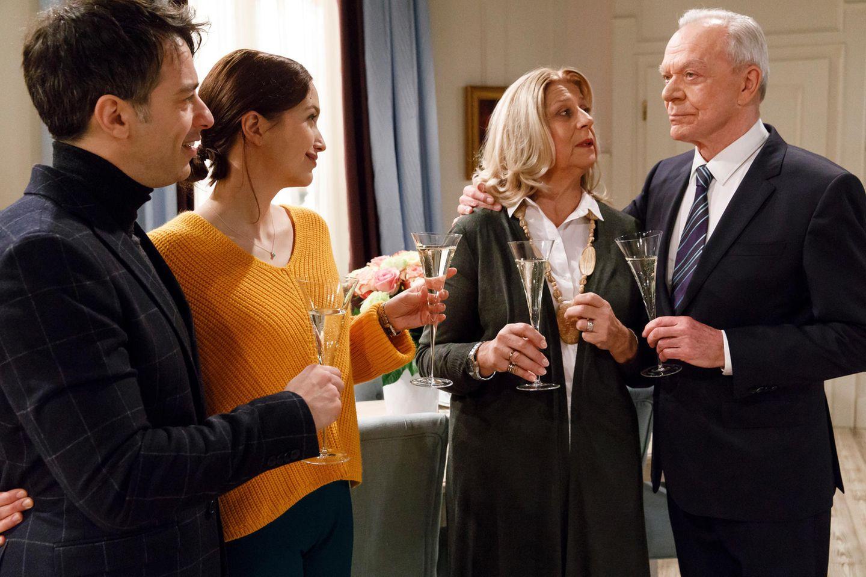 Werner (Dirk Galuba, r.) organisiert für Charlotte (Mona Seefried, 2.v.r.) einen Familienabend mit Robert (Lorenzo Patané, l.) und Eva (Uta Kargel, 2.v.l.).