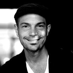 Roger Cicero stirbt am 24. März 2016 in seiner Heimatstadt Hamburg an den Folgen eines Hirnschlags.
