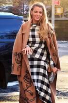 Der perfekte Übergang: Blake Lively im stylsichen Karo-Outfit schützt sich mit floral verziertem Kamelhaarmantel gegen das letzte Aufbäumen des New Yorker Winters.
