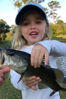 19. März 2018  Donald Trump Jr. ist zum Fischen mit den Kids. Die kleine Chloe hat einen besonders dicken Fisch gefangen und präsentiert diesen stolz.