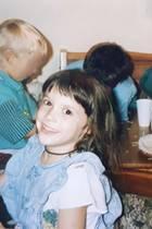 Daniela Katzenberger  Diesen süßen Schnappschuss postet Daniela Katzenberger auf ihrem Instagram-Account. Zu sehen ist sie an ihrem 6. Geburtstag im Jahre 1992 stilsicher im Jeanskleid.