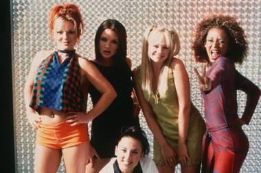 """Mel B, die als """"Scary Spice"""" bekannt wurde, zeigte sich 1997 schon ein mal in dem rot-blau-gemusterten Anzug aus der Feder des französischen Designers Jean Paul Gaultier. Sie selbst postet das Foto bei Instagram und schreibt dazu: """"Yippieh, passt auch 20 Jahre später noch!"""""""