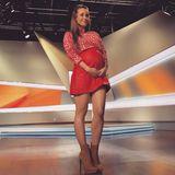 """Knapper könnte der rote Lederrock von Annemarie Carpendale kaum sein. Wegen der wachsenden Babykugel, die sich unter dem It-Piece versteckt, scheint unten Stoff zu fehlen. Wenn es eine schwangere Dame tragen kann, dann jedoch die beliebte """"taff""""-Moderatorin. Dazu trägt sie eine rot-weiß-gemusterte Bluse und hellbraune Stiefelletten mit sehr hohem Absatz."""