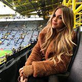 Im Stadion feuert Ann-Kathrin ihren Liebsten in einem kuscheligen Teddy-Coat an. Dazu trägt sie ihre Haare leicht gewellt und natürliches Make-up. Der perfekte Stadion-Look!