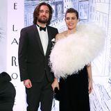 Ihr Freund Dimitri Rassam posiert an der Seite der lächelnden Prinzessin und gibt den adretten Begleiter in einem schlichten schwarzen Anzug und mit Fliege.