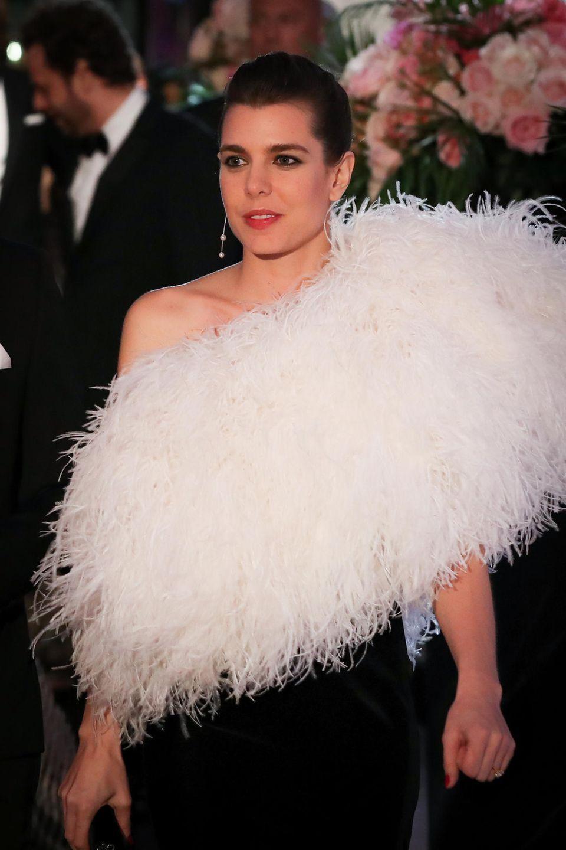 Mit einer edlen XXL-Federstola setzt sie ihre Schulterpartie in Szene. Die weißen Federn passen perfekt zu ihren roten Lippen und sind ein toller Kontrast zu dem schlichten, schwarzen Kleid. Charlotte ist eine der wenigen, die an diesem Abend nicht Chanel trägt, sondern Saint Laurent. Ein Fauxpas?
