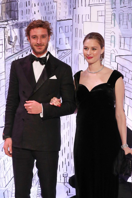 Pierre Casiraghi und seine Frau Beatrice zeigen sich beide ganz in Schwarz beim Rosenball in Monte Carlo. Und endlich bestehen keine Zweifel mehr: Unter dem schwarzen Samtkleid der 32-Jährigen zeichnet sich deutlich ein wachsendes Babybäuchlein ab...