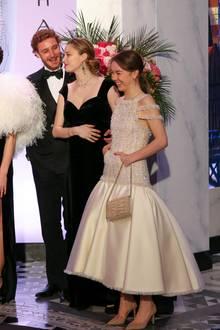 Lächelnd schaut der Sohn von Prinzessin Caroline von Hannover immer wieder zu seiner Frau, die sich schützend die Hand vor die Körpermitte hält. Auch Prinzessin Alexandra strahlt mit ihrem Kleid aus der Frühling/Sommer Kollektion von Chanel um die Wette.