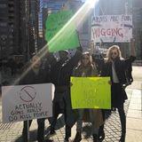 Auch Topmodel Toni Garrn (hier rechts im Bild), ist in New York zur Demonstration erschienen.