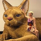 22. März 2018  Katy Perry kuschelt mit einer riesen Katze. Die Sängerin postet diesen lustigen Schnappschuss auf ihrem Instagram-Account.