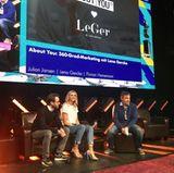 Bei einem Vortrag in Hamburg zeigt Lena, dass die hellen Heels mit Perlenapplikationen auch in Kombination mit einem legeren Outfit toll aussehen. Hier kombiniert sie die Schuhe für rund 740 Euro mit Jeans und weißem T-Shirt.