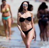 Lilly Becker stolziert am Strand von Miami in einem knappen, schwarzen Bikini auf und ab. Die schlanke Figur der 41-Jährigen ist beneidenswert.