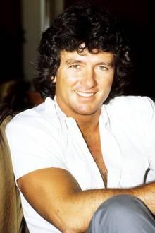 """Seine dunkle Lockenmähne ist damals sein Markenzeichen: Patrick Duffy wird vor allem als """"Der Mann aus Atlantis"""" und als """"Bobby Ewing"""" in der Serie """"Dallas"""" weltbekannt."""