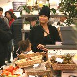 Das sieht nach einer gesunden Shoppingtour aus. Die schwangere Chrissy Teigen ist mit Töchterchen Luna in einem New Yorker Supermarkt unterwegs. An der Gemüsetheke entweicht der Ehefrau von Popstar John Legend sogar ein kleines Lächeln.