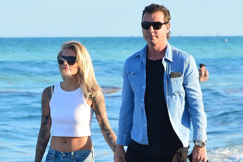 Sophia Thomalla und Gavin Rossdale gehen am Strand spazieren