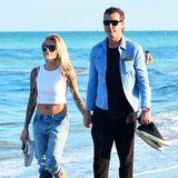 Total verliebt: Sophia Thomalla und Gavin Rossdale turteln am Strand in Florida. Sophia trägt zum Beach-Date mit ihrem Liebsten eine lockere Boyfriend-Jeans, Vans, Sonnenbrille und ein weißes Crop-Top. Sexy und lässig!
