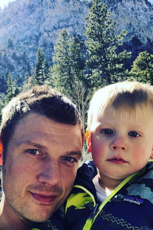24. März 2018  Erster Familienausflug ins Grüne bei der Familie Carter. Stolz postet Backstreet-Boy Nick diesen niedlich Schnappschuss mit Söhnchen Odin Reign.