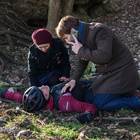 In Folge 2890 stürzt Paul (Sandro Kirtzel) mit dem Rad. Romy (Desirée von Delft) und Viktor (Sebastian Fischer) leisten erste Hilfe.