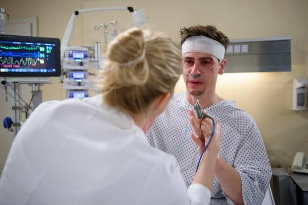 Am Donnerstag (29. März) klärt Alicia (Larissa Marolt, l.) ihren Bruder Paul (Sandro Kirtzel, r.) über seinen Zustand auf.