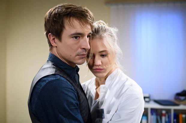 Am Mittwoch, 28. März, kann sich Alicia (Larissa Marolt) in Viktors (Sebastian Fischer) Arme fallen lassen.